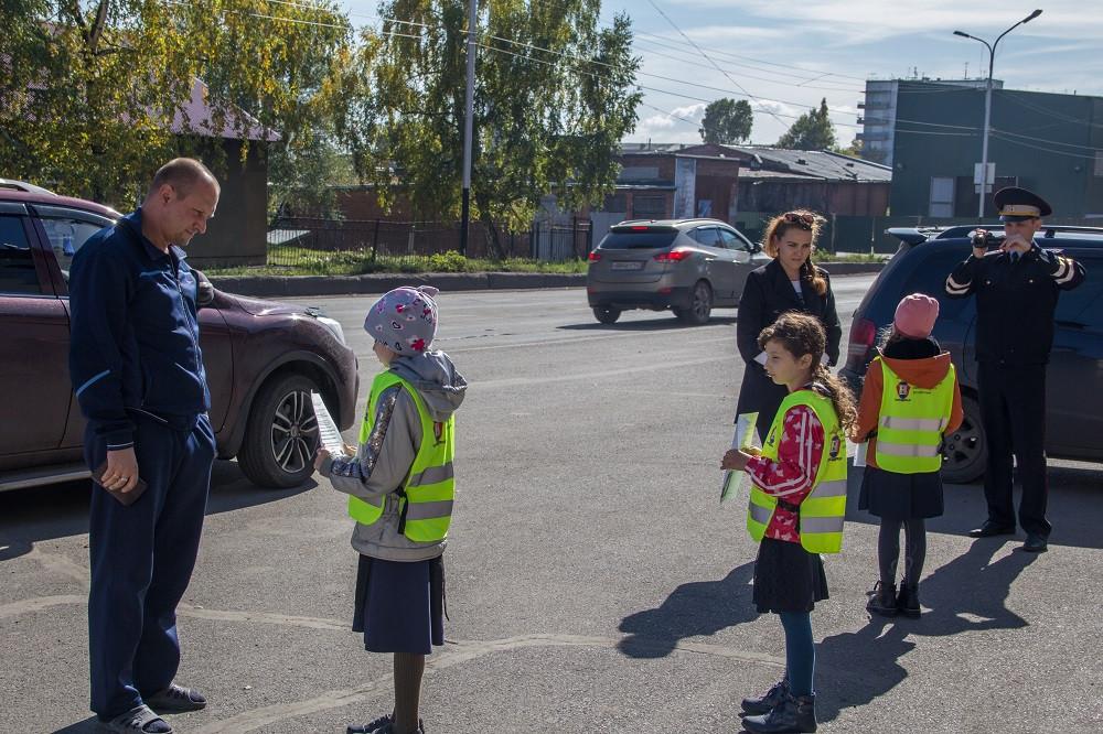В Прокопьевске школьники совместно с сотрудниками ГИБДД провели профилактическую операцию