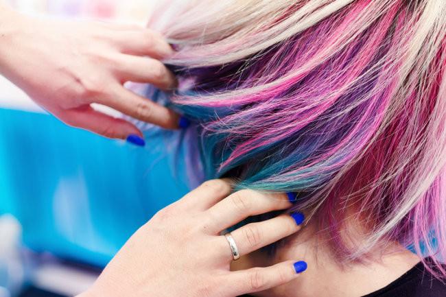 Депутат Госдумы предлагает запретить школьницам красить волосы и использовать косметику