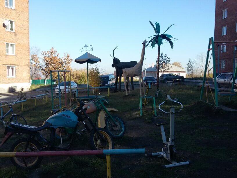 Необычная детская площадка украсила двор жилого дома в Прокопьевске (фото)
