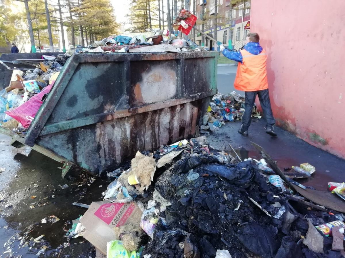 В Прокопьевске ночью загорелся переполненный мусорный контейнер - тушили пожарные