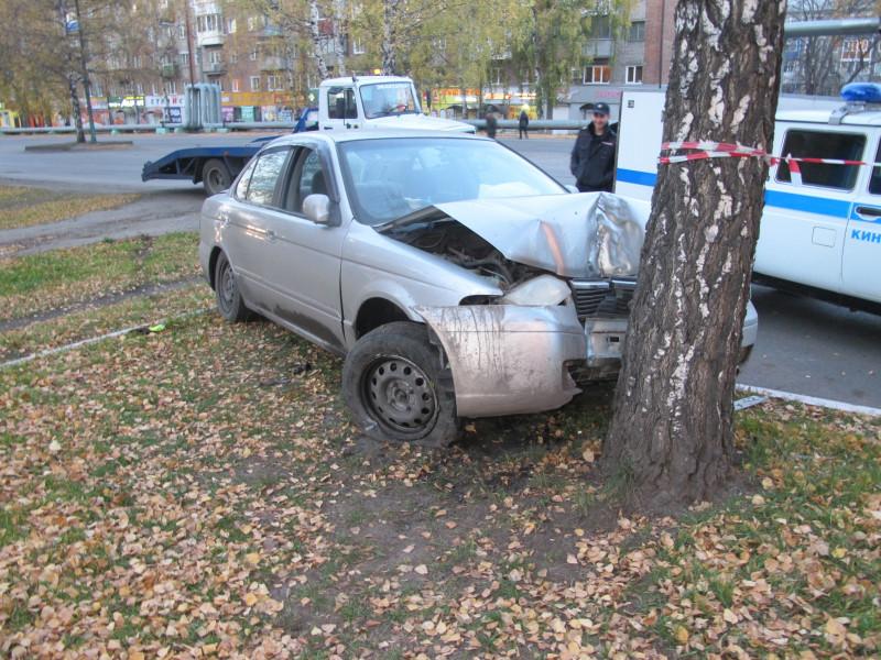 В Прокопьевске задержан злоумышленник, протаранивший дерево на угнанном автомобиле