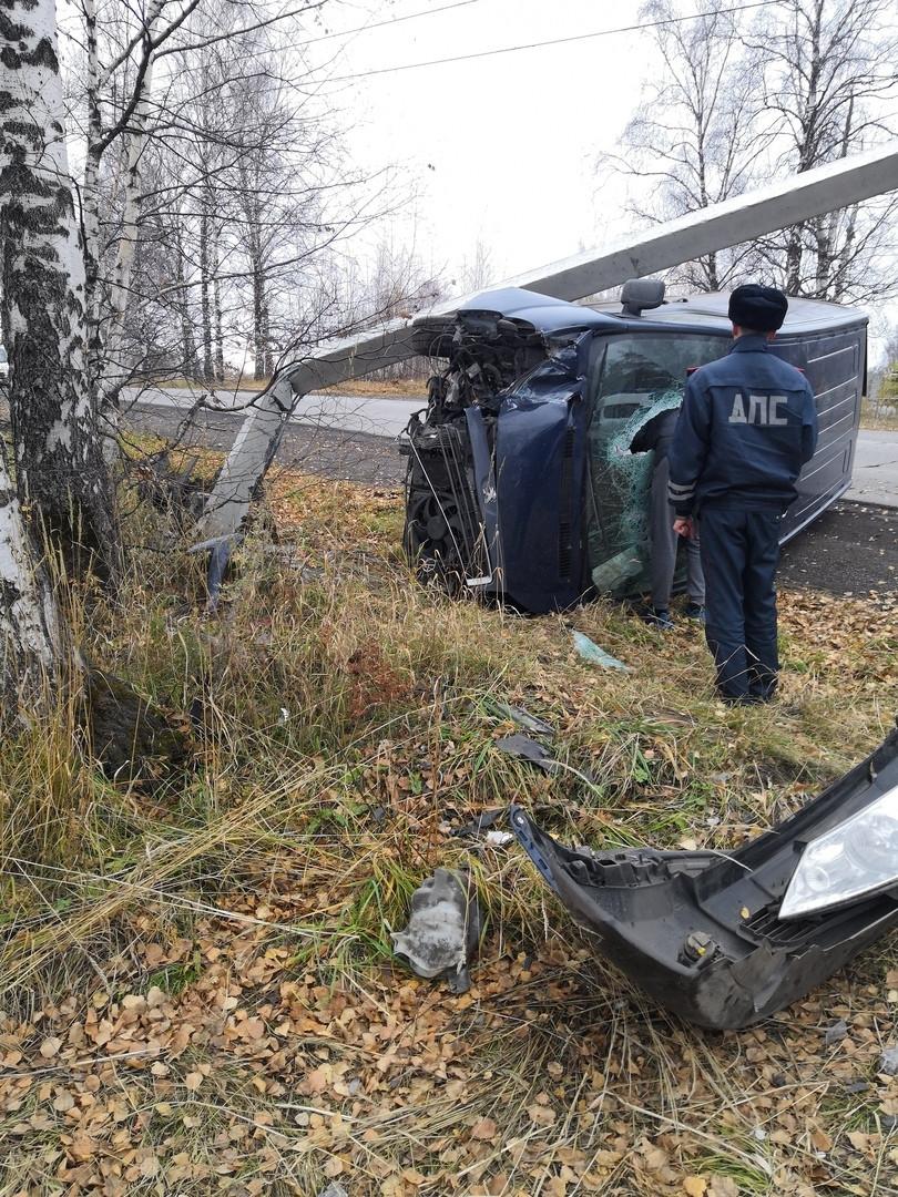 В Прокопьевске водитель фургона снес бетонный столб