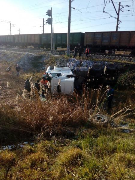 В Кузбассе произошло столкновение грузового поезда и КамАЗа