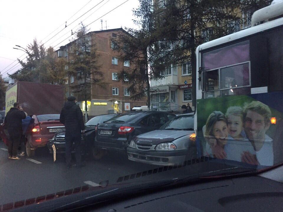 В Кузбассе водитель троллейбуса устроил массовое ДТП