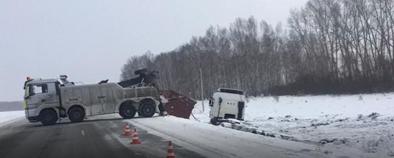 На трассе Кузбасса тягач попал в снежную ловушку