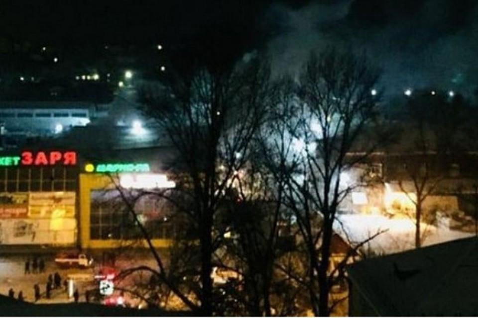 В Новокузнецке почти два часа тушили пожар в ТЦ «Заря»