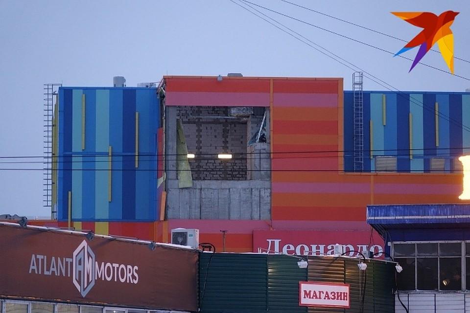 В Новокузнецке ветер повредил часть стены ТЦ