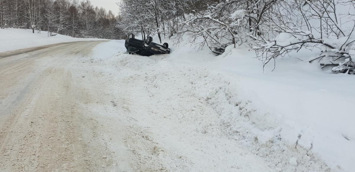 В Прокопьевске на сложном участке дороги опрокинулся автомобиль