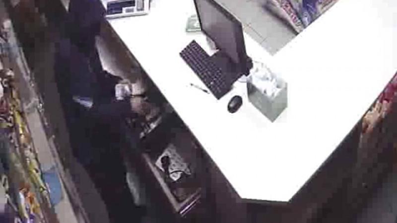 В Прокопьевске грабитель ворвался в магазин и похитил выручку