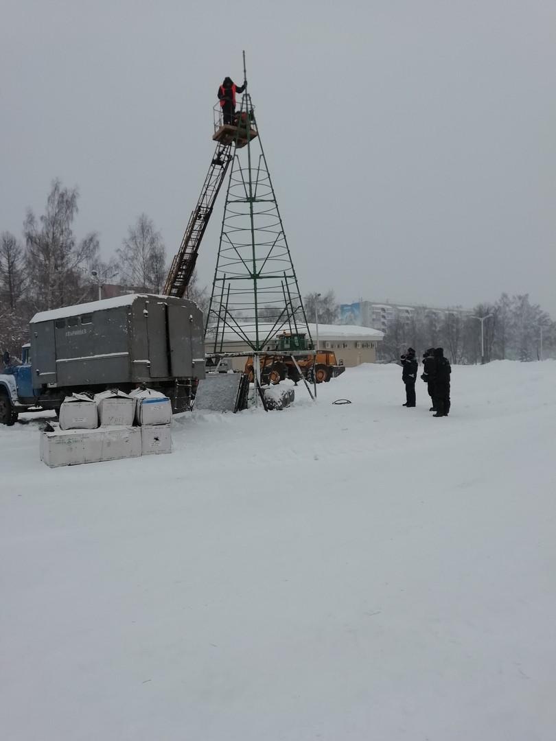 В Прокопьевске устанавливают главную городскую елку