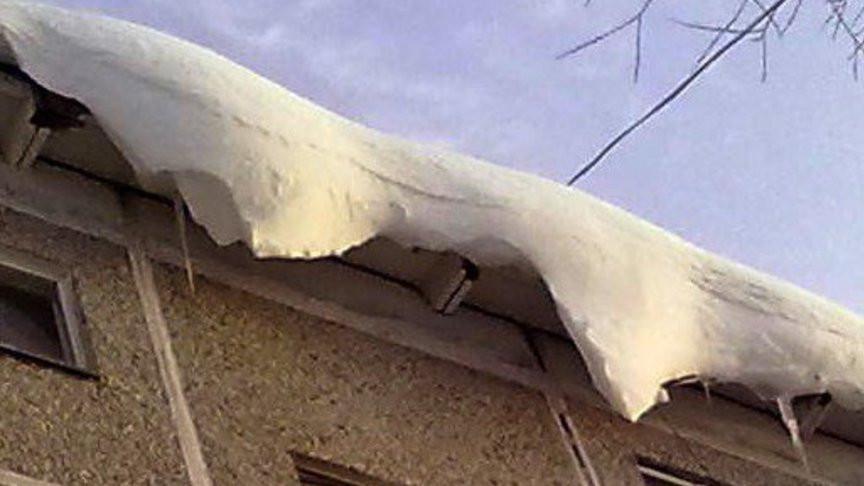 В Кузбассе управляющие компании накажут за снег и сосульки на крышах