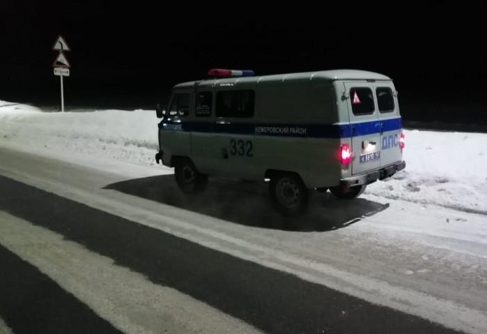 В Кузбассе ночью на трассе сотрудники ДПС помогли водителю, в машине которого закончился бензин
