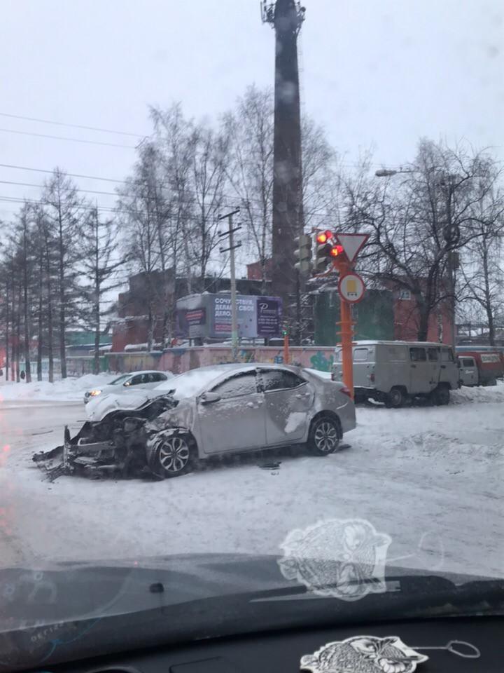ДТП в Прокопьевске: на перекрестке столкнулись УАЗ и Тойота