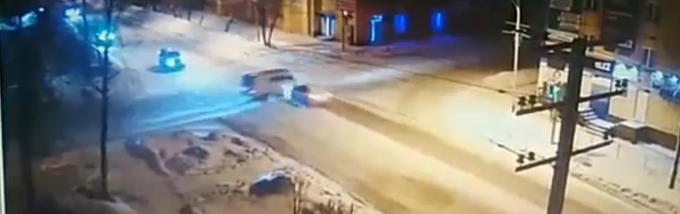 Появилось видео с моментом столкновения УАЗа и легковой иномарки на перекрестке в Прокопьевске