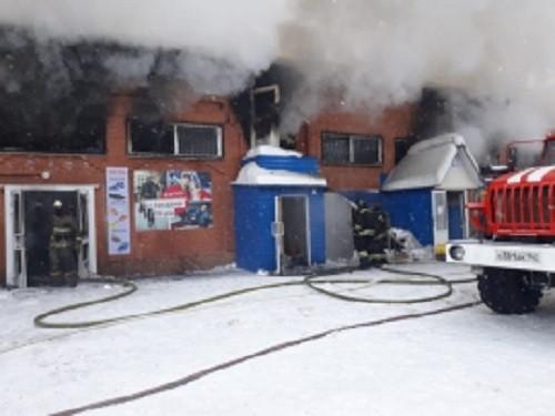 В Мысках в течение 4 часов тушили пожар на рынке