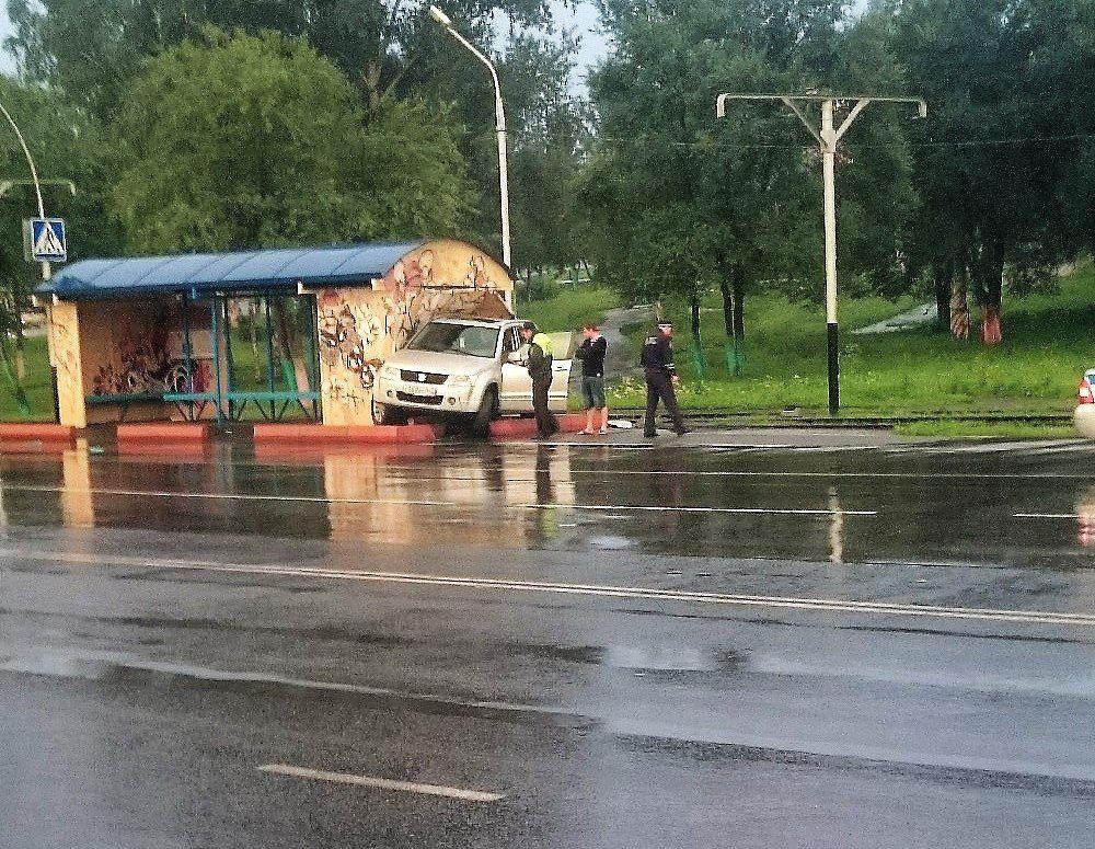 В Прокопьевске автолюбитель протаранил остановку: подробности происшествия