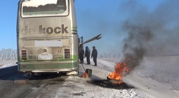 На трассе Кузбасса пассажиры заглохшего автобуса жгли колеса, чтобы согреться