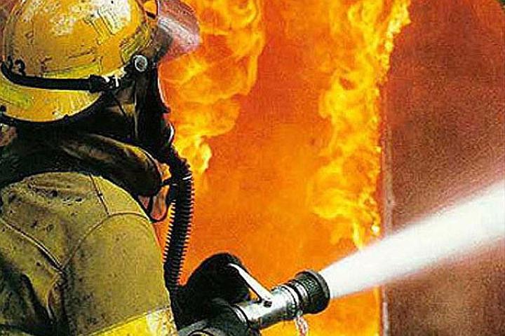 В Кузбассе из горящего многоквартирного дома спасены двое детей
