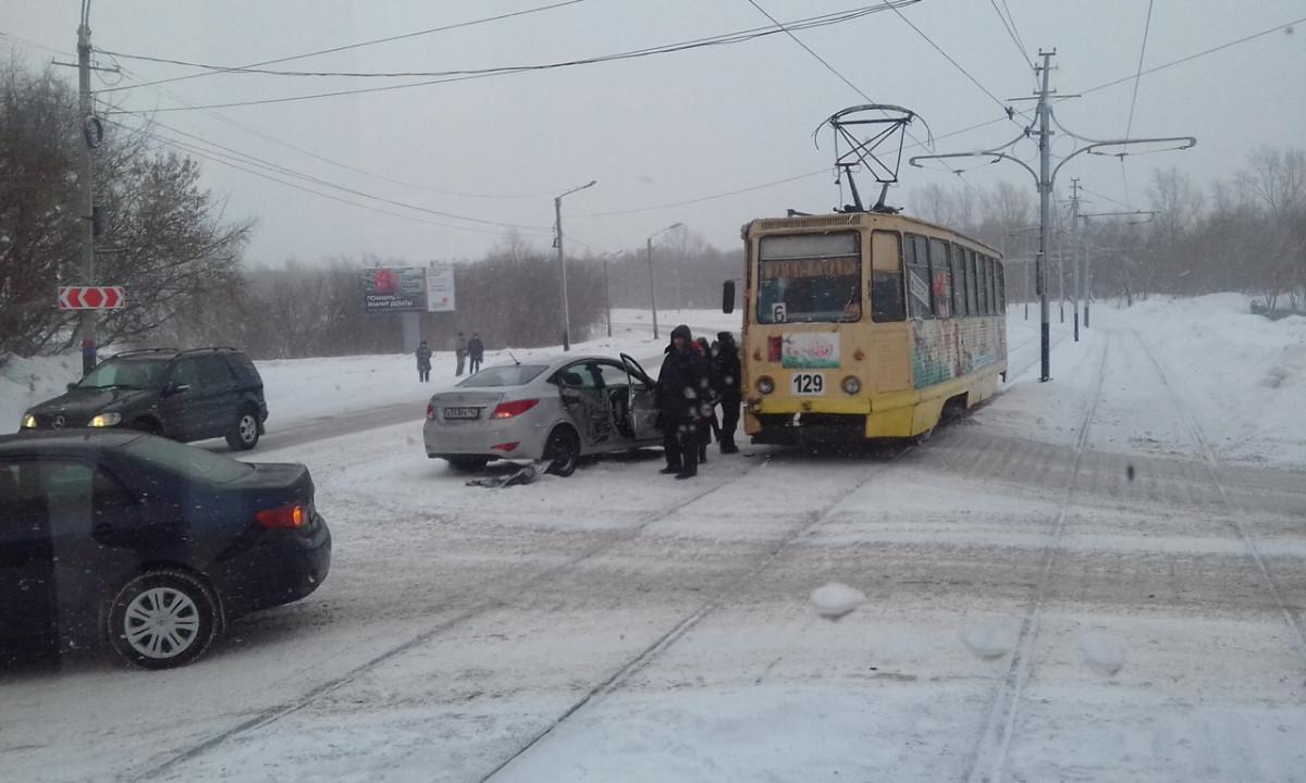 ДТП в Прокопьевске: дорогу не поделили трамвай и легковушка
