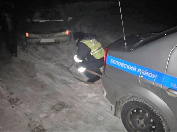 На трассе Кузбасса едва не замерзла семья с двумя маленькими детьми