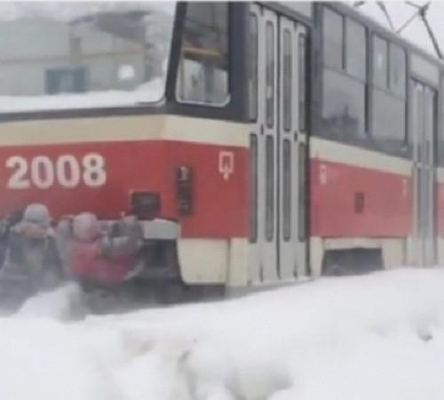 В Прокопьевске несовершеннолетние зацеперы катались на трамвае