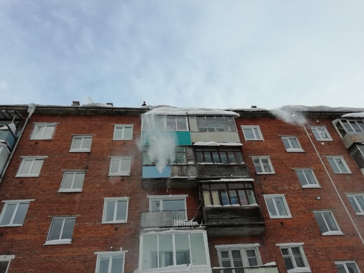 В Прокопьевске жилищники очищают крыши от снега и сосулек, будьте внимательны!
