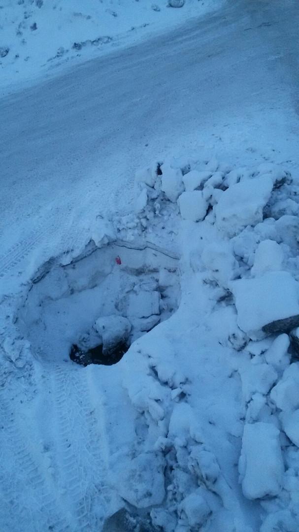 Прокопчанка предупреждает водителей об опасной яме на дороге