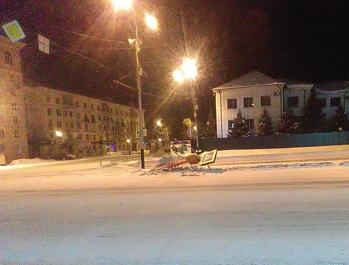 Минус светофор: в Прокопьевске на перекрестке свалили светофор