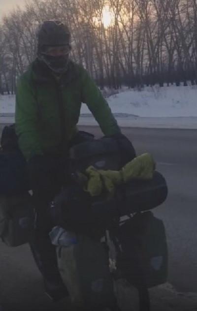 Кузбассовцы в шоке: в мороз по региону путешествует иностранец на велосипеде