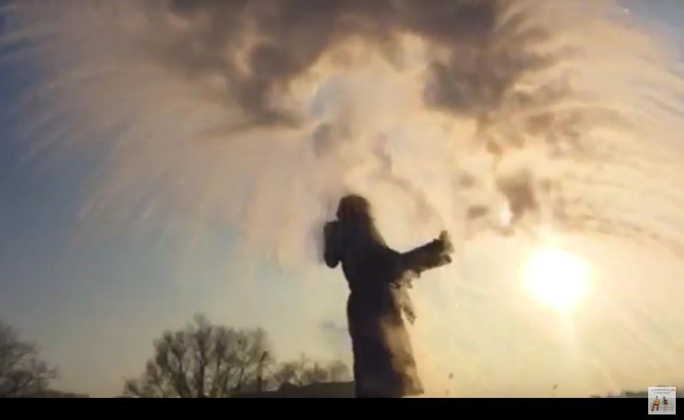 Уникальный опыт на морозе: как за мгновение превратить кипяток в ледяную пыль (видео)