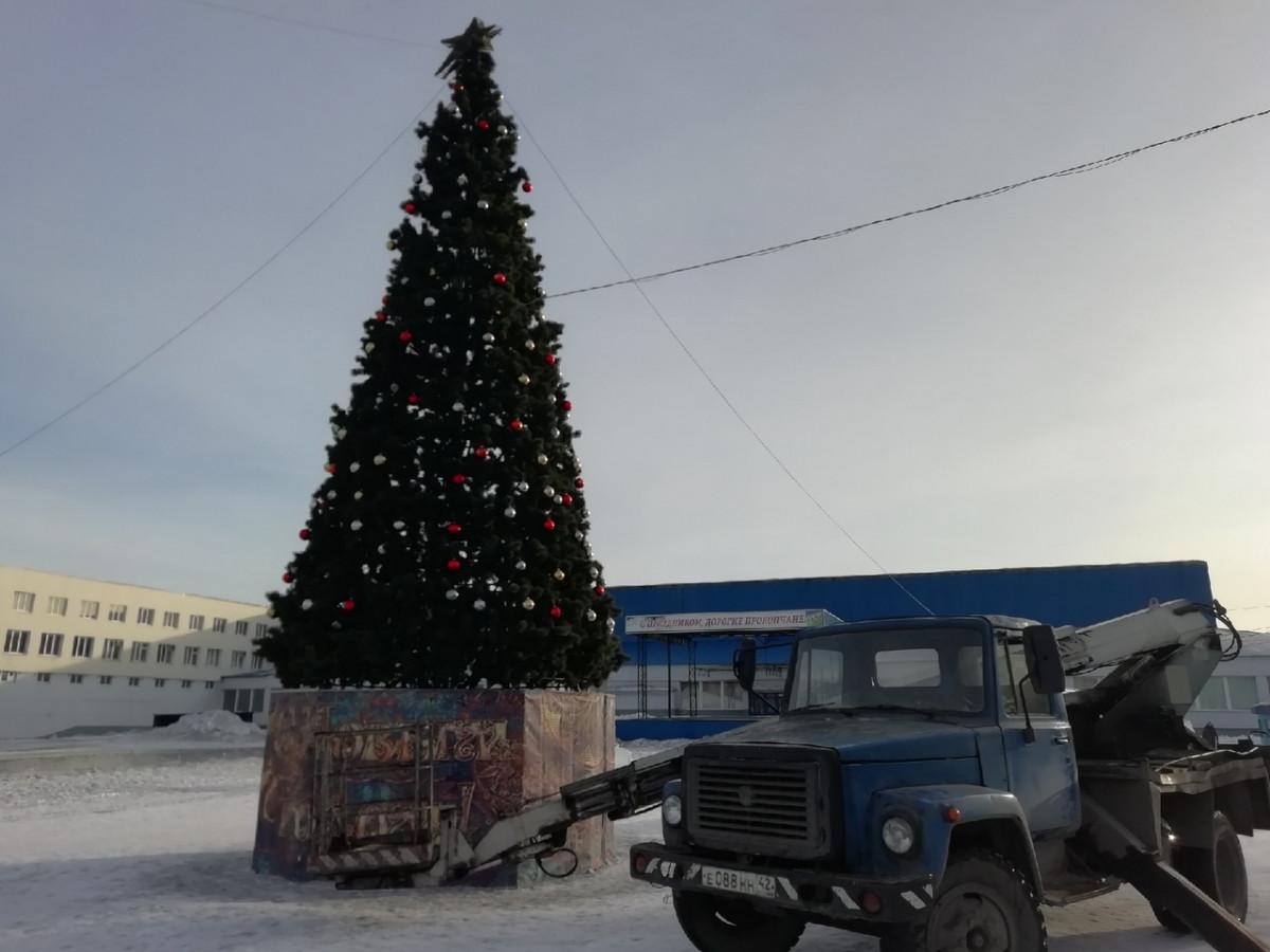 В Прокопьевске на главных площадях начали разбирать новогодние елки