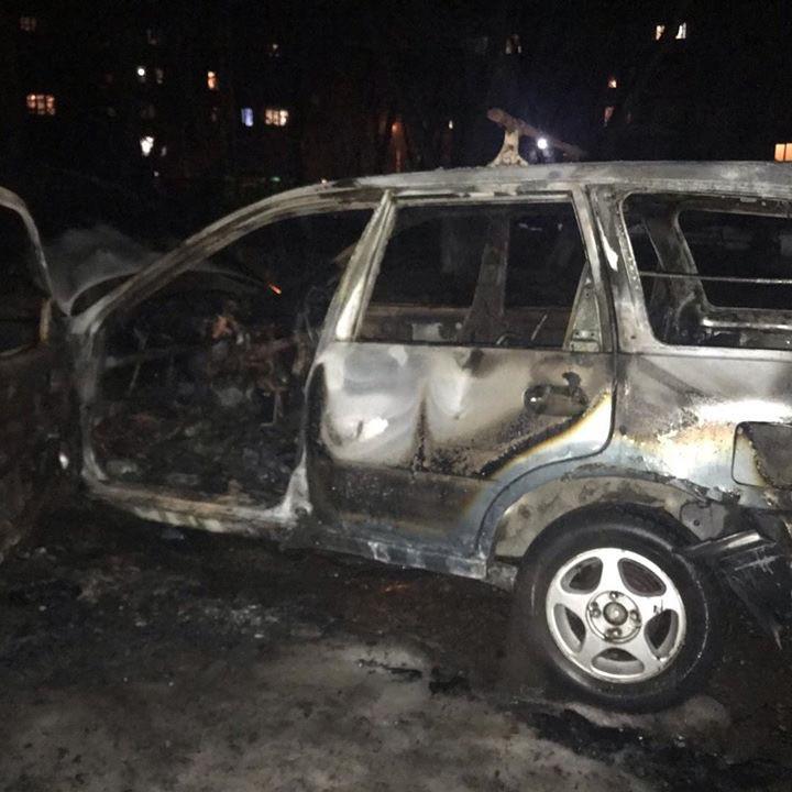 В Кузбассе загорелся автомобиль на парковке у жилого дома