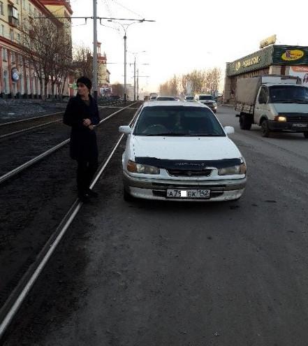 В Прокопьевске водитель припарковал машину и заблокировал путь трамваям