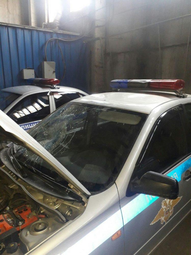 В Кузбассе голый мужчина повредил несколько автомобилей