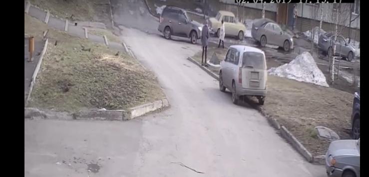 В Прокопьевске маленький ребенок провалился в колодец (видео)