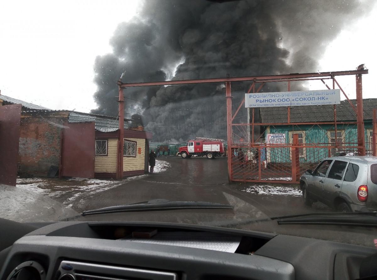 В Прокопьевске пожар на городском рынке тушили 5 подразделений МЧС