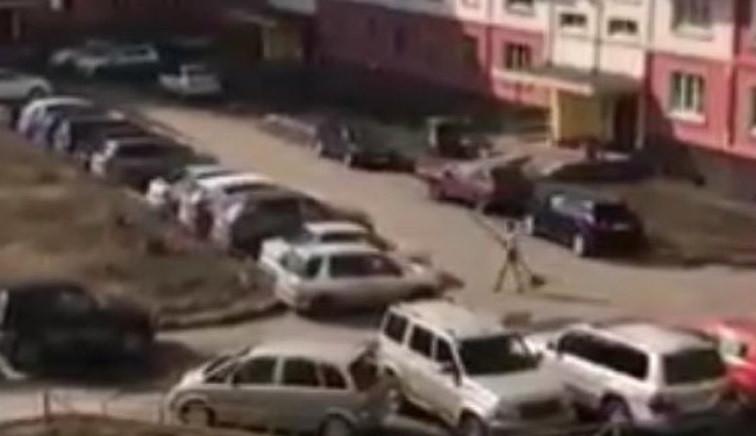 В Кузбассе полуголый мужчина разбил несколько машин во дворе многоквартирного дома