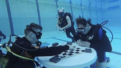 Необычный турнир: в Кузбассе впервые сыграли в шашки под водой