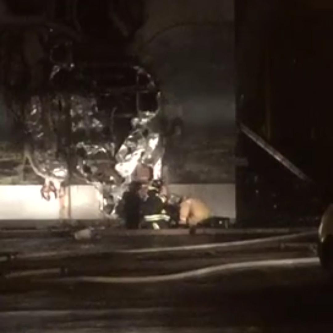 Очевидцы: пожар в автосалоне Кемерова удалось локализовать