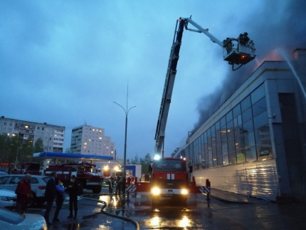 Более 90 сотрудников МЧС тушили пожар в автоцентре Кемерова